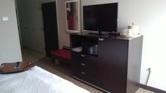 Hampton Inn Ft. Myers - Airport I-75: TV, fridge, dresser