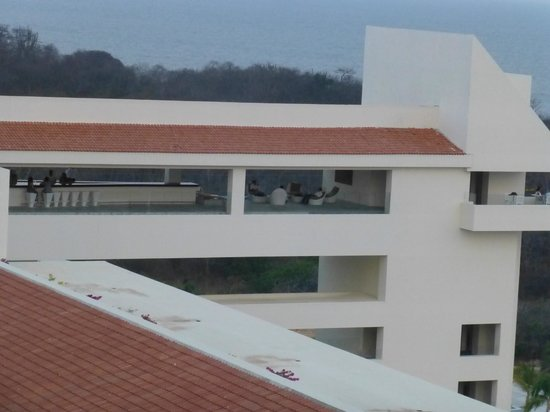 Secrets Huatulco Resort & Spa: View of the sky bar - great view, nice breeze