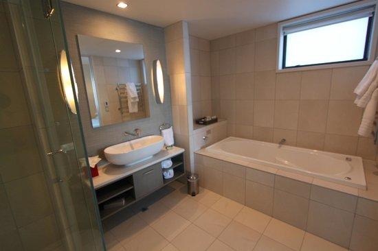 The Rees Hotel & Luxury Apartments: Bathroom