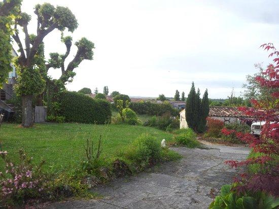 Soubran, França: uitzicht vanuit de tuin