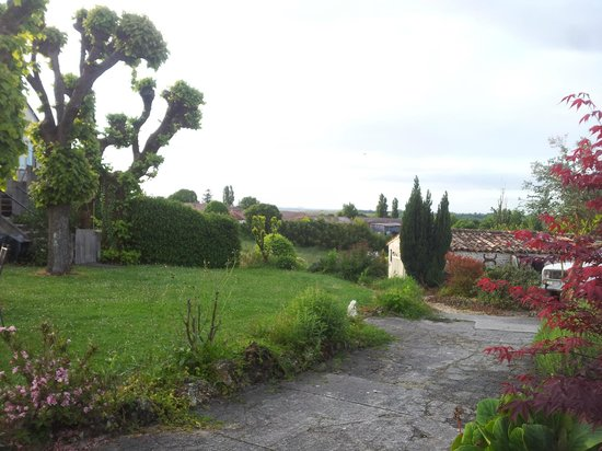 Domaine la Fontaine: uitzicht vanuit de tuin