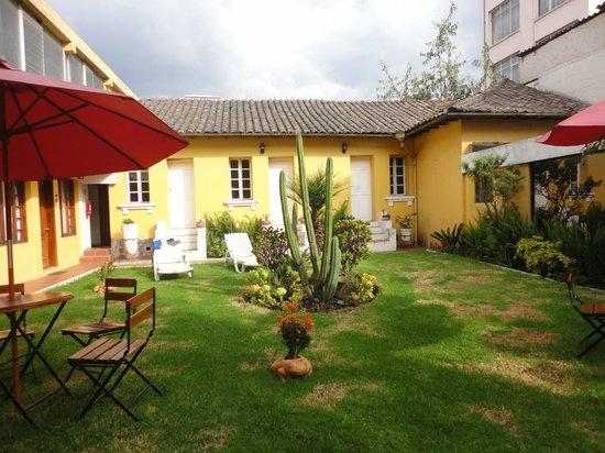 Hotel La Cartuja: sunny garden