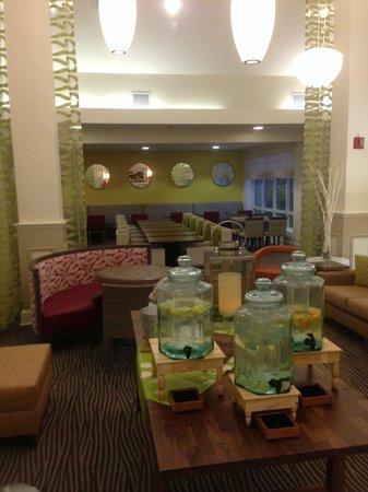 Hilton Garden Inn Orange Beach: Lobby reminding me of Miami