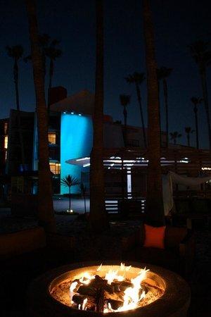 Hotel Maya - a DoubleTree by Hilton Hotel : L'hôtel à la nuit tombée