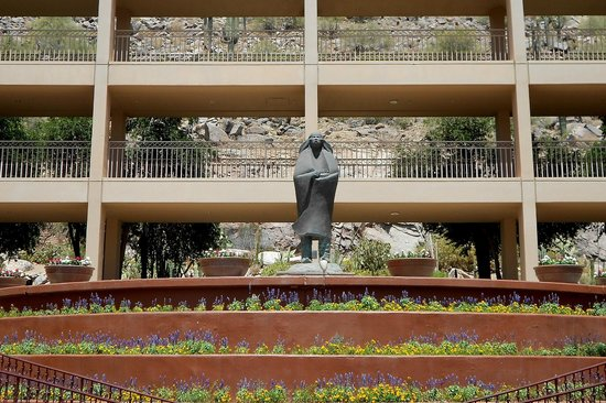 The Phoenician, Scottsdale: View from main lobby to the cactus garden entrance