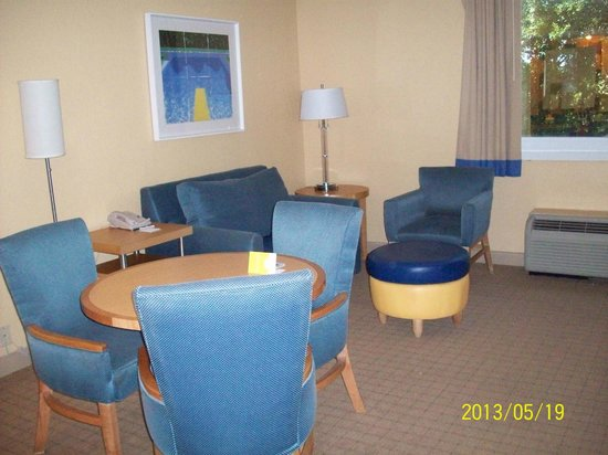 La Quinta Inn & Suites Deerfield Beach I-95: Sitting room with another flatscreen