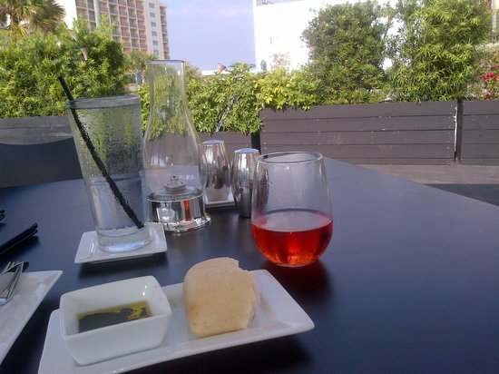 The Plaza Bistro: Olive oil, bread and rose to start