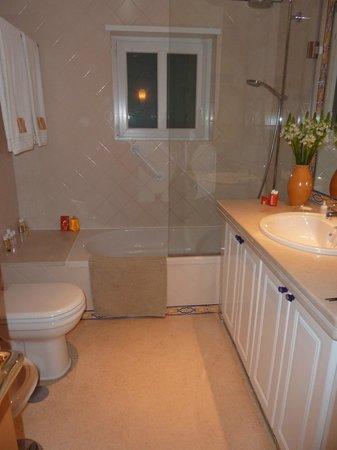 Dolce Vita Guesthouse: salle de bain chambre jaune
