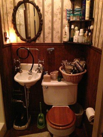Alla's Historical Bed and Breakfast, Spa & Cabana: Smaller Bathroom