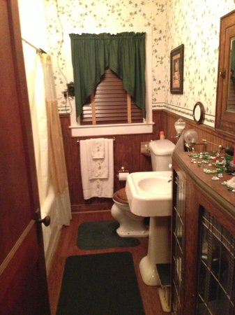 Alla's Historical Bed and Breakfast, Spa & Cabana : Large Bathroom