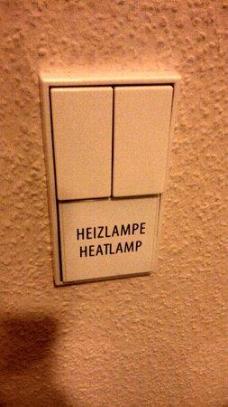 Novum Hotel Gates Berlin Charlottenburg: No banheiro tem luz de infra-vermelho.