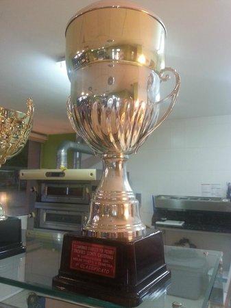 Pizzeria Quo Vadis: trofeo 1º clasificado campeonado italiano de pizza 2001