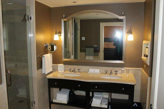 The Jefferson, Washington DC: Banheiro com tv no espelho