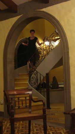1915 Hotel: eine elegnate Dame wandelt auf der Treppe
