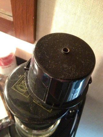 Ramada Waukegan/Gurnee: Dust on coffee pot when first came into room