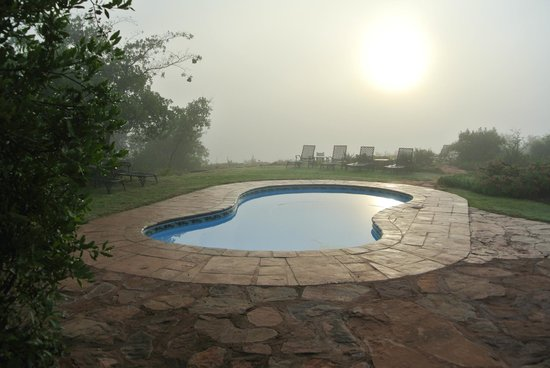 Iketla Lodge : mist boven zwembad