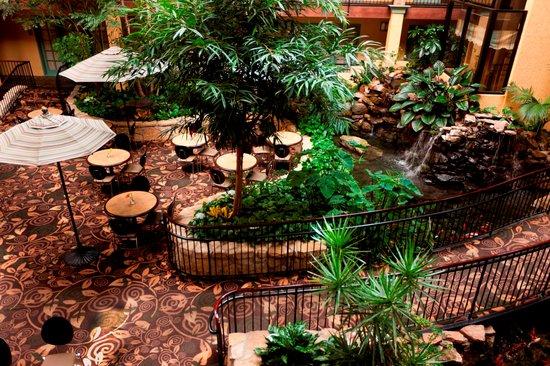 Embassy Suites by Hilton Lubbock: Atrium