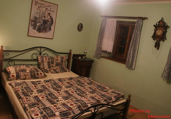 Pension Nostalgie - Guesthouse: The bed ant the antiques