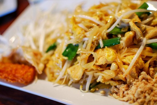 Bann Thai: Pad thai lunch special.