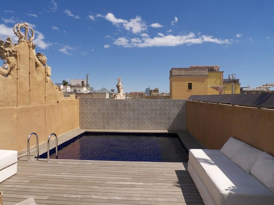 Hotel DO: Rooftop pool and sun area