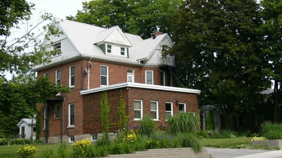 The Doctor's House Bed and Breakfast: Street View of The Doctor's House B & B
