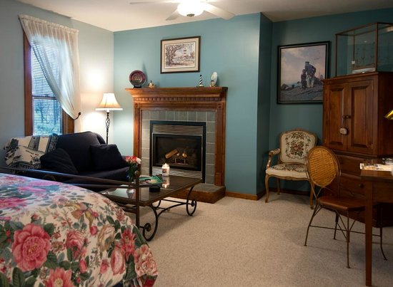 Lovill House Inn - Bed and Breakfast: Largest guest room w/two room bath