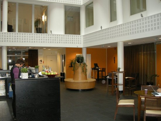 Clarion Collection Hotel Temperance: Hotel Atrium with free coffee and cakes in the afternoon