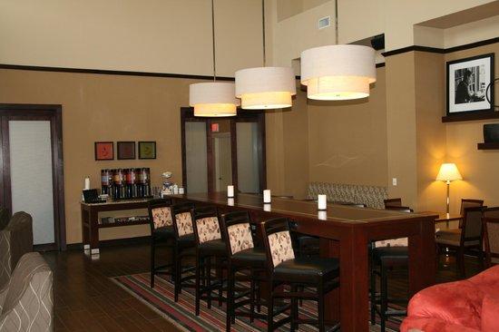 Hampton Inn & Suites Edmonton International Airport: Breakfast Community Area