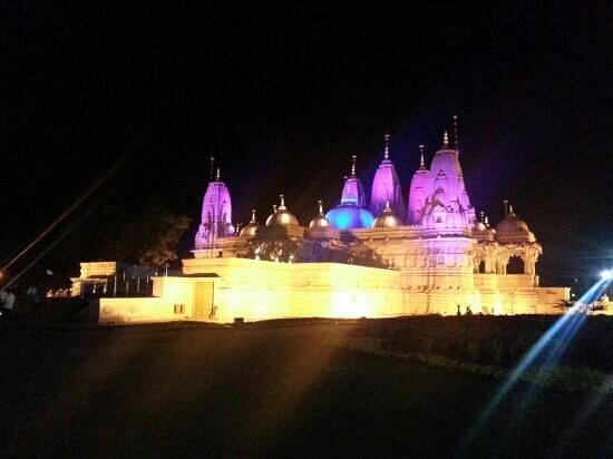 Ras Resorts Silvassa: Selvas BAPS swaminarayan mandir