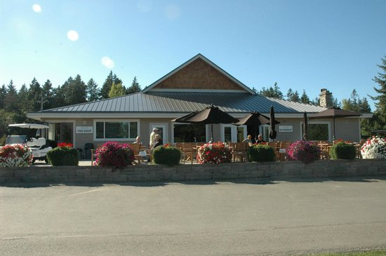 Eaglecrest Golf Club Restaurant: Beautiful patio overlooking 13th hole