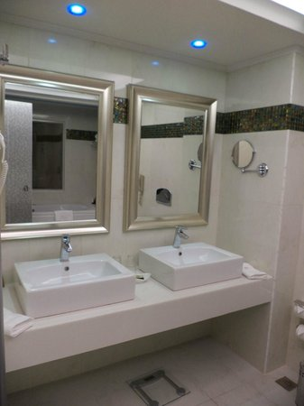 Atrium Platinum Hotel: Bathroom