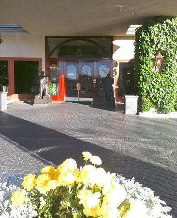 Ayres Hotel & Suites in Costa Mesa - Newport Beach: Hotel Entrance