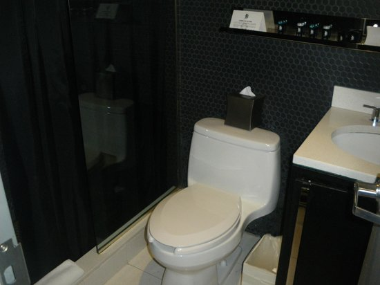 Night Theater District: Spotless bathroom - Room 78
