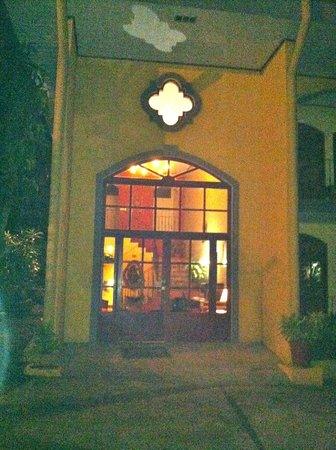 Hotel Trapp Family country Inn: Entrance to the hotel (separate building from the restaurant & check-in)