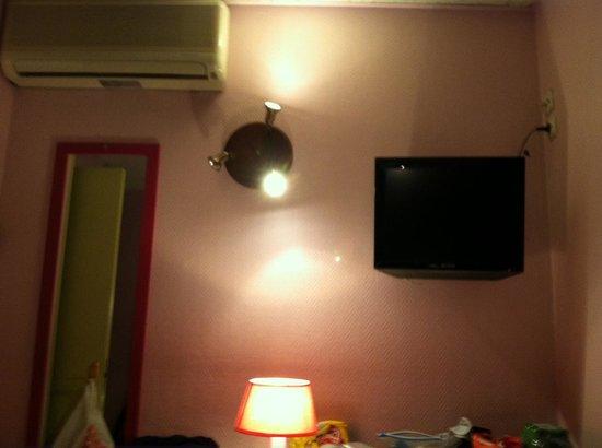 Corail Hotel: TV, desk, lamp