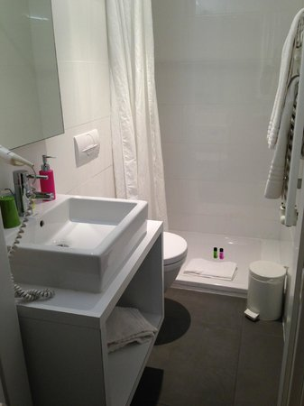Pantone Hotel: A clean bathroom.