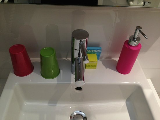 Pantone Hotel: Toiletries.