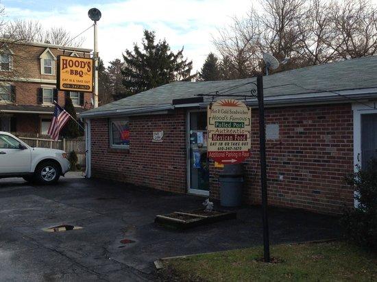 Hood's BBQ & Deli: Exterior of Hood's Barbeque, along Doe Run Road