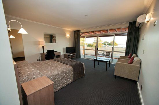 Suncourt Hotel & Conference Centre : One Bed Lake Unit - Queen & 2 Single Beds