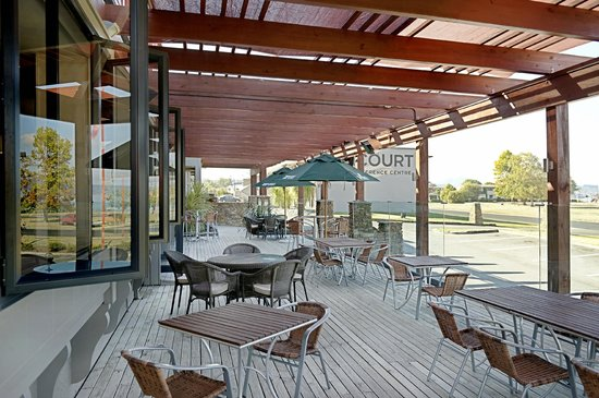 Suncourt Hotel & Conference Centre : The Mousetrap outdoor deck area