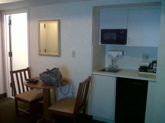 เบสท์เวสเทิร์นจอร์จทาวน์ โฮเต็ล&สวีทส์: Room 709: Kitchenette & breakfast table