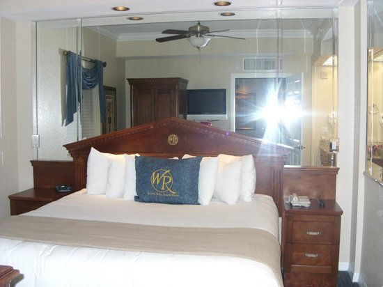 Westgate Palace Resort: Master bed in suite