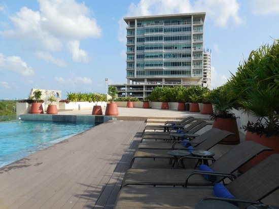 Krystal Urban Cancun: Roof top pool lounge area