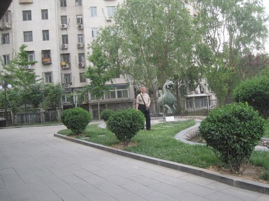 Feitian Hotel: In front of the hotel