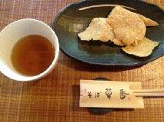 Sobakusaka: 最初にでてくるそばせんべい