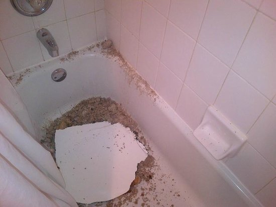 Bahia Mar Fort Lauderdale Beach - a Doubletree by Hilton Hotel: Ceiling crashed in bath tub