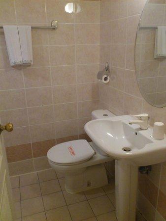 Hara Zuru Hotel: 広めのバスルーム