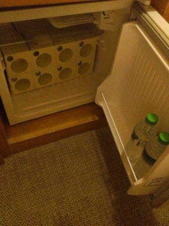 Hara Zuru Hotel: 冷蔵庫には無料のミネラルウォーターが2本