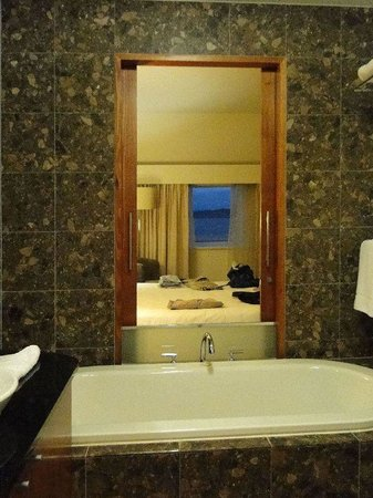 Majestic Roof Garden Hotel: Bathroom and Room