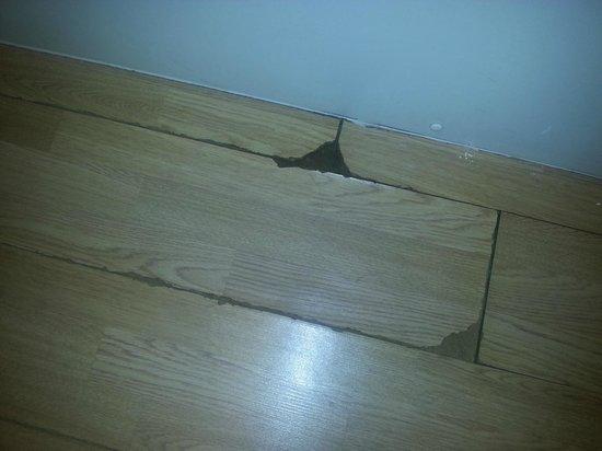 Grand Hotel Scarborough Laminate Floor Ling In Bathroom